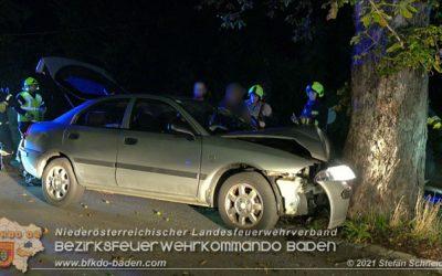 Pkw prallt bei Ortseinfahrt frontal gegen Baum